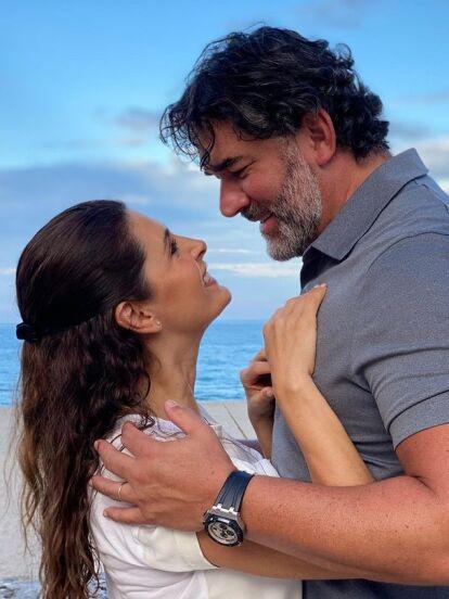 Mayrín Villanueva, nuestra 'Silvita', es la esposa del también actor Eduardo Santamarina con quien compartió créditos en una ocasión en 'Vecinos', siendo uno de sus galanes. Además, tienen una hija en común llamada Julia.