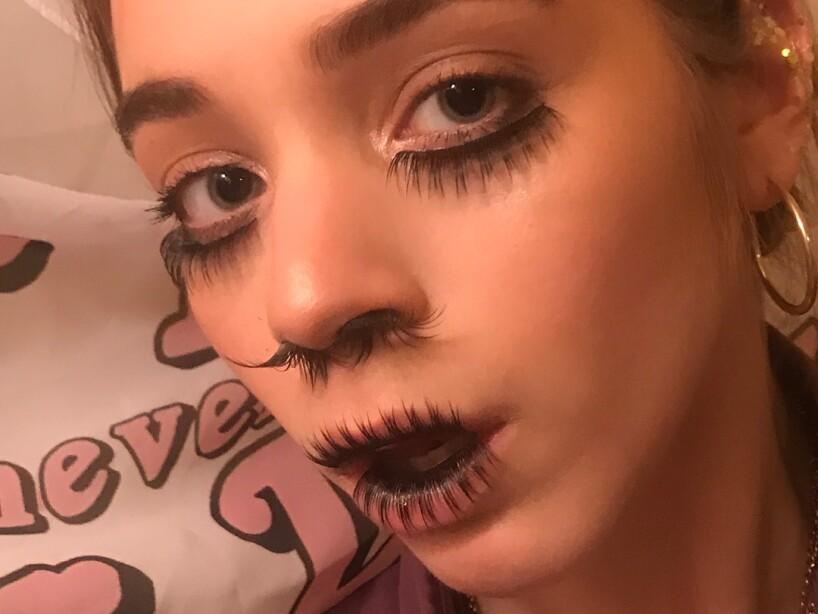 Una loca tendencia con extensiones de pelo en la nariz confunde a Internet