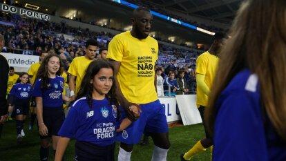 En solidaridad con Marega, por el racismo que sufrió en el partido pasado, el Porto salió con camisetas en contra del racismo, la xenofobia, la violencia y la intolerancia.