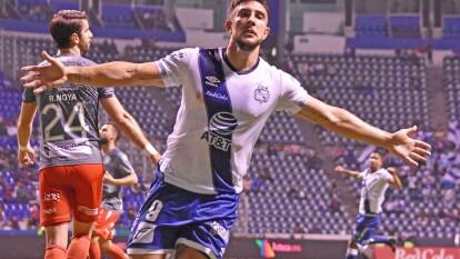 Con doblete de Christian Tabó y Lucas Cavallini, la Franja de Puebla goleó a Necaxa en el Estadio Cuauhtémoc en el arranque de la Jornadaa 19.