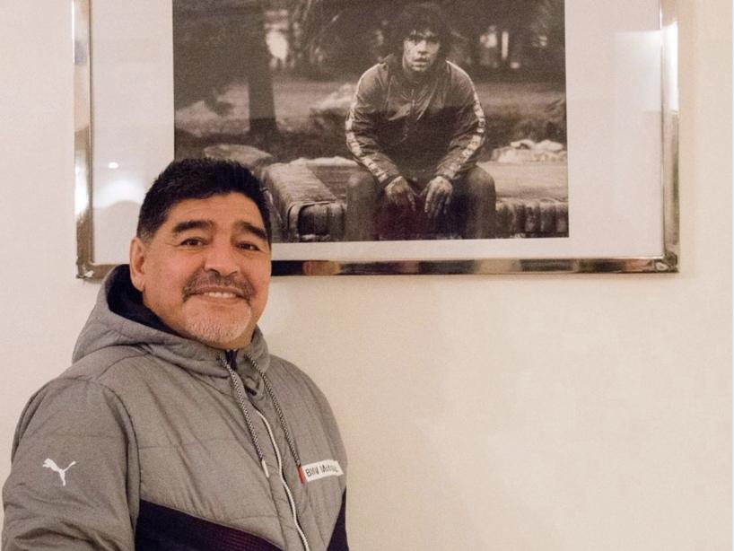 Maradona firma contrato.png