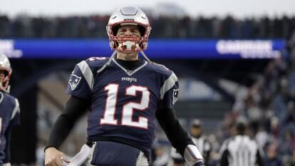 El quarterback tiene un estadio que lleva su nombre. En honor a Tom, el estadio de su preparatoria (Junípero Serra en San Mateo, California) cambió de nombre en 2012 y comenzó a llamarse 'Brady Family Stadium'.<br />