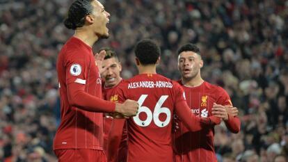 Liverpool se lleva el derbi de Inglaterra con goles de Virgil Van Dijk (14') y Mohamed Salah (93') ante el Manchester United. Liverpool sigue invicto y ya suma 39 partidos sin una derrota.