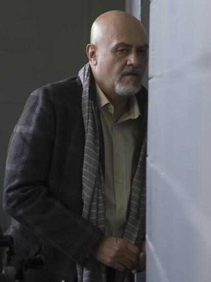 'Lino', interpretado por Marco Treviño, sigue acechando a 'Ariadna' para evitar que descubra sus fechorías. Ahora, el villano llegó a la bodega donde 'Joaquín' guardaba evidencia en su contra para deshacerse de ella.