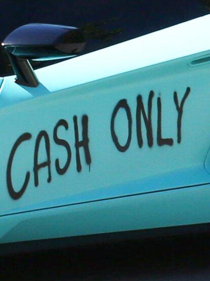 'Cash only' se puede leer en el lambo de Justin Bieber.