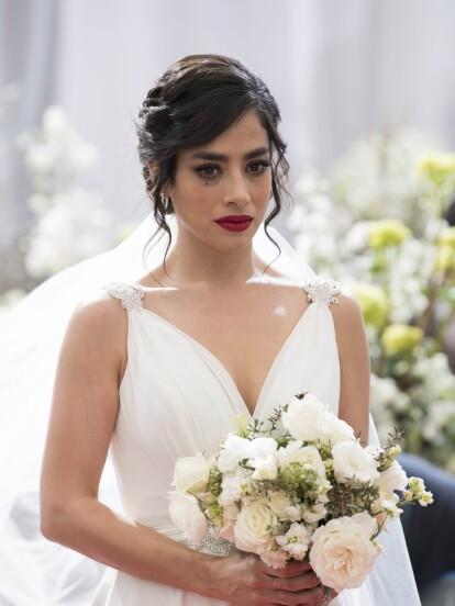 """En """"Te Acuerdas de Mí"""", 'Vera' unirá su vida a la de 'Olmo' en una ceremonia religiosa, pero ella se nota triste y desolada pues no ama al patriarca de los Cáceres."""