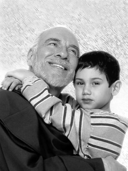 Un actor, simpático, profesional y generoso, así es como el gremio actoral recuerda al primer actor Aarón Hernán, quien falleció la noche del domingo 26 de abril de 2020 debido a un infarto a los 89 años de edad. A continuación hacemos un recuento de su fructífera carrera a manera de homenaje.