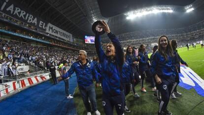 Las campeonas de la Liga MX Femenil mostraron la Copa que ganaron a la afición y animaron al equipo del Turco para vencer al América.