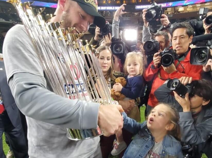 Stephen Strasburg de los Washington Nationals fue nombrado MVP de la Serie Mundial 2019.