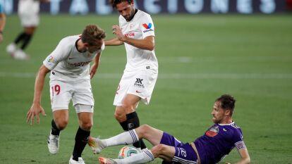 Con un gol desde los 11 pasos de Lucas Ocampos al minuto 83, el Sevilla logra salir del tropiezo y se conforma con un punto.