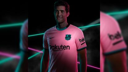 Sergio Roberto con el tercer kit en color rosa del Barcelona