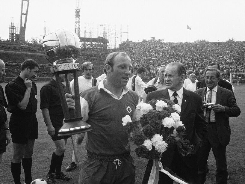 Germany Hamburg Uwe Seeler Receives Trophy