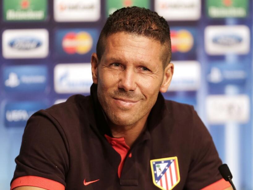 Diego Simeone sonriendo en conferencia de prensa