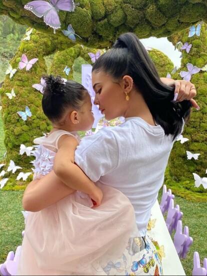 Kylie Jenner organizó una espectacular fiesta para su hija Stormi Webster y aprovechó la ocasión para celebrar también el lanzamiento de su nueva colección de maquillaje inspirada en la niña.