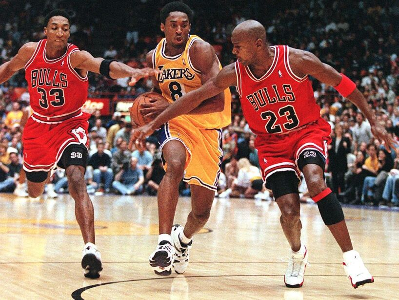 Scottie Pippen (L) and Michael Jordan of the Chica