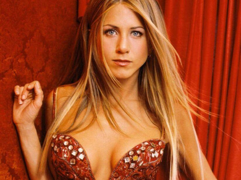1. Jennifer Aniston. Lo primero que compró fue un Mercedes Benz antiguo. ¡Hasta le agarró harto cariño!