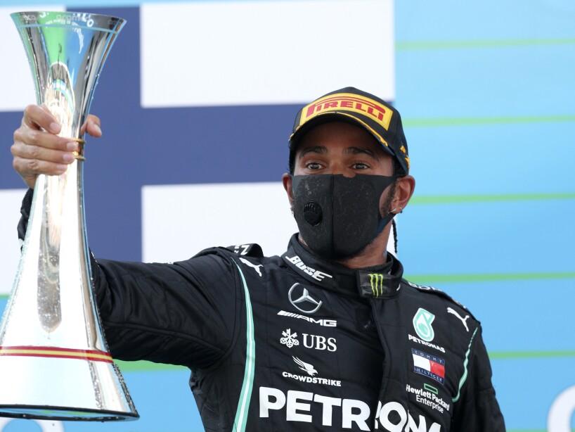 Lewis Hamilton con la copa en las manos