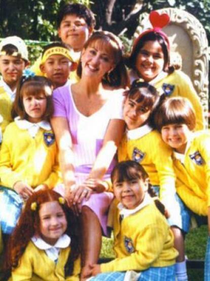 En 2002, el productor Nicandro Díaz estrenó ¡Vivan los niños!, una adaptación de 'Carrusel', una telenovela de 1989 que narró la vida de un grupo de niños y su maestra.