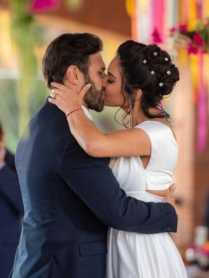 Claudia Martín ha protagonizado impactantes escenas de telenovelas en las que sus personajes se han casado por interés, excepto uno. Además de la boda de 'Martina' en 'Fuego Ardiente', estos son los polémicos momentos de la actriz en la ficción.
