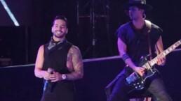 Maluma besa a fan durante concierto