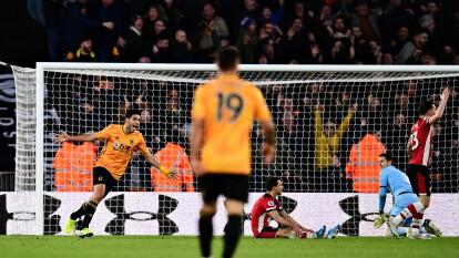 Raúll Jiménez celebra uno de los dos goles con los que el Wolverhampton Wanderers venció 2-3 al Southampton FC tras ir perdiendo 2-0.