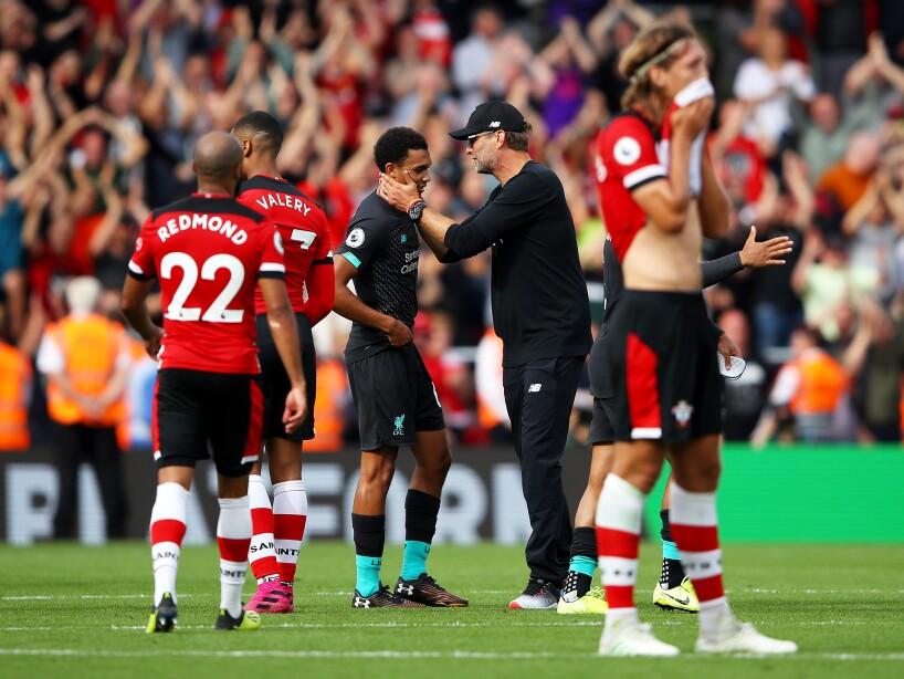 Sadio Mané y Roberto Firmino anotaron para los Reds que mantienen paso perfecto.