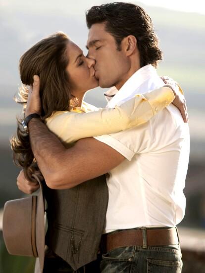 En 2010, 'Soy tu Dueña' llegó a la pantalla chica por primera vez de la mano de Lucero, Fernando Colunga, Gaby Spanic, Silvia Pinal, Sergio Goyri, Fabián Robles y Diego Ávila, entre otros.