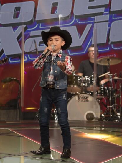 Robertito impresionó a los cocahes con su afinada interpretación. Carlos inclusive lo propuso como futuro vocalista de la Banda El Recodo de Don Cruz Lizárraga.