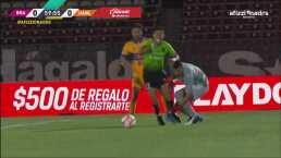¿Penalti? Ayron Del Valle cae en el área ante un contacto con Nahuel