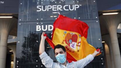 Respetando protocolos sanitarios, seguidores del Bayern y del Sevilla están listos para disfrutar del cotejo.
