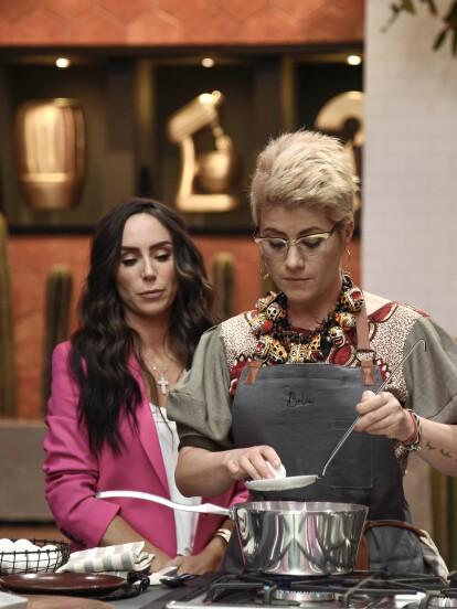 Antes de iniciar el reto de eliminación, la chef Belén Alonso instruyó a las familias para aprender a cocinar tres tipos de huevo: nube, pochado y tibio.