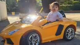 André luce como todo un galán a bordo de su lujoso Lamborghini amarillo