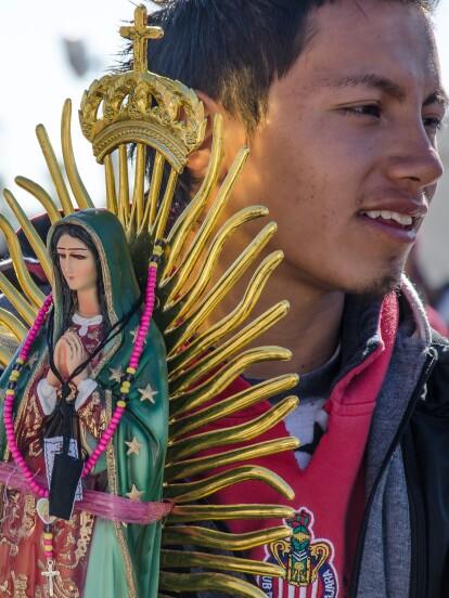 Cada 12 de diciembre, la Iglesia Católica celebra la Fiesta de Nuestra Señora de Guadalupe, ya que ese mismo día, pero en 1531, la Virgen María se le pareció a un indígena llamado Juan Diego.