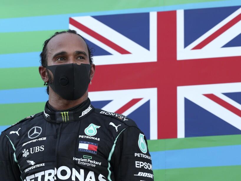 Lewis Hamilton con cubrebocas