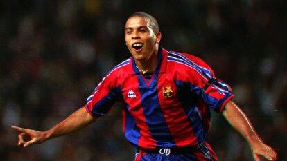 Las postales de Ronaldo 'El Fenómeno' en el Barça   El breve y sustancioso paso del astro brasileño por el FC Barcelona.
