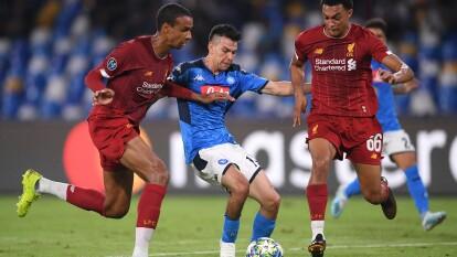 El Napoli vence 2-0 al Liverpool con goles de Mertens y Llorente.