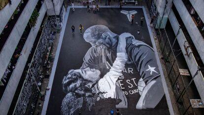 Artistas urbanos crearon una pintura gigante, en una cancha de básquetbol, con la figura de Kobe y su hija Gianna Bryant. Black Mamba era un ídolo en Filipinas.