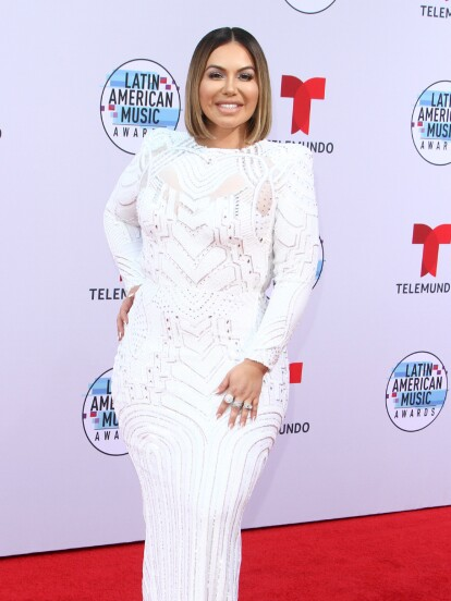 Chiquis Rivera compartió el pasado 26 de noviembre, un día antes del Día de Acción de Gracias, una fotografía en la que posa con un vestido de gala mientras hace sus compras en el supermercado.