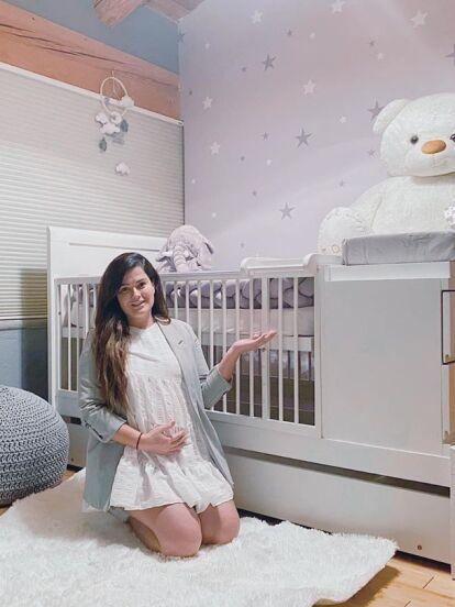 Mariana Echeverría se convirtió en mamá el pasado 15 de octubre; a través de un parto por cesárea recibió al pequeño Lucca a quien ya tenía preparada una hermosa y acogedora habitación que presumió en diferentes videos compartidos en su cuenta oficial de Instagram antes de su tan esperada llegada.