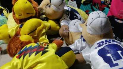 Los aficionados pueden adquirir todo tipo de productos alusivos al conjunto de Coapa previo al duelo de la Concachampions.