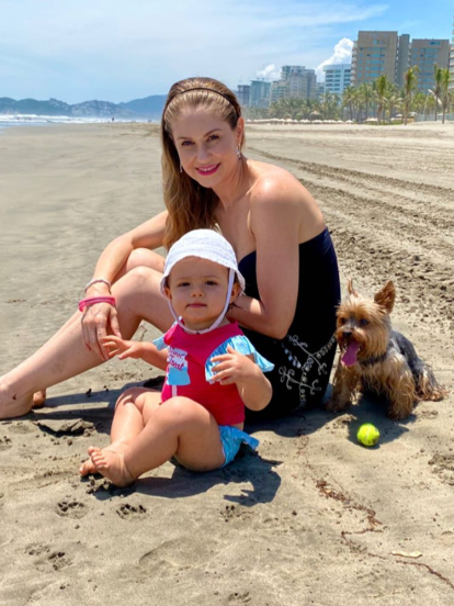 Tras permanecer cinco meses en confinamiento a causa de la pandemia del Covid-19, Ingrid Martz se escapó de la Ciudad de México para disfrutar de unos días en la playa junto a su esposo Rodrigo Luque y su hija Martina.