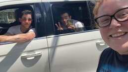 Los Jonas Brothers sorprenden a una fan en la calle y le chulean su playera de la banda