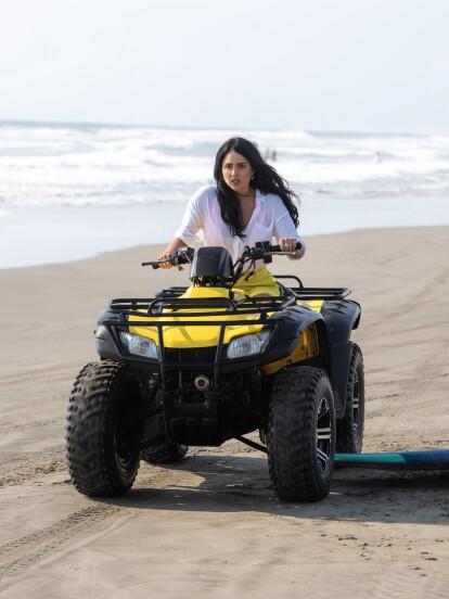 En la semana de estreno de 'Fuego Ardiente', 'Martina' (Claudia Martín) da un paseo por la playa cuando, sin quererlo, aplasta la tabla de surf de 'Gabriel' (Carlos Ferro).