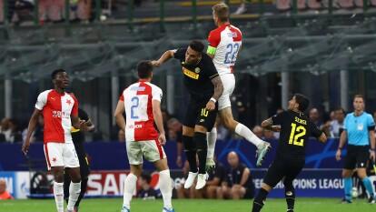 El Inter apenas empata 1-1 con el Slavia, Olayinka abrió el marcador para los visitantes y Barella empató en el agregado.