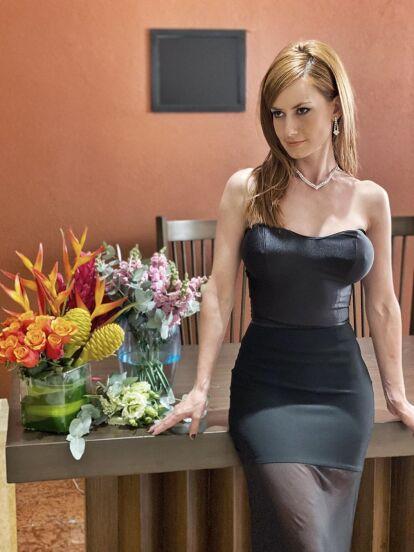 La actriz Altair Jarabo ha impactado con su más reciente cambio de look para la telenovela 'Vencer el Desamor', con el que luce una larga cabellera lacia y en tono rubio frambuesa.