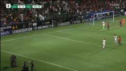 Julián Araujo prueba suerte desde lejos, pero Gibran Lajud evita el gol con una espléndida estirada