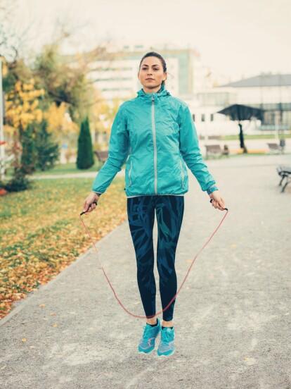 ¿Sabías que puedes quemar hasta 500 calorías en 20 minutos con solo saltar la cuerda? ¡Haz clic en la galería y conoce más beneficios de esta actividad!