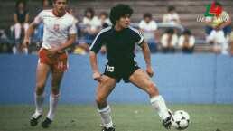 Recordemos a Maradona en una cancha de futbol
