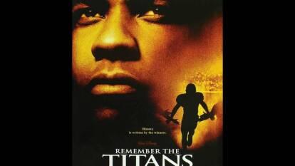 Las mejores historias que hay alrededor del de uno de los deportes más populares del mundo.   Remember The Titans. Denzel Washington protagoniza la historia de un entrenador de futbol americano que logra la unión del equipo a pesar de las diferencias que existen entre los jóvenes, principalmente el racismo que se vivía en los años setenta en Estados Unidos.