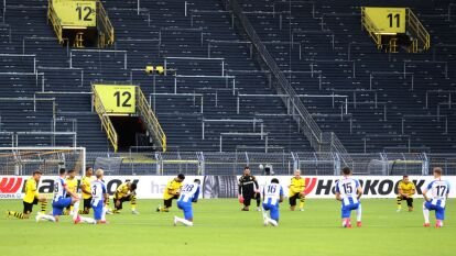 Diversos equipos se manifestaron contra la violencia racial durante la jornada del futbol alemán en la Bundesliga. Algunos portaron leyendas en favor del movimiento #BlackLivesMatter y también se arrodillaron previo a jugar.